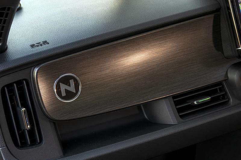 助手席側のインテリアパネルにNロゴをレイアウトできる「インテリアパネルエンブレム」