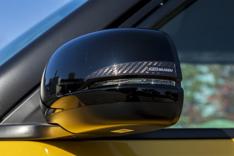 カーボン調のデザインとすることでスポーティな雰囲気を演出する「ドアミラーステッカー」