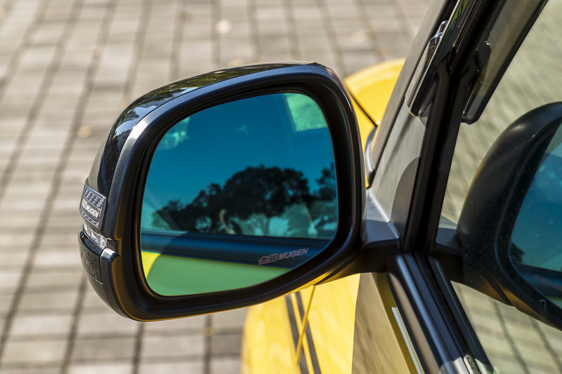 多層膜コーティングを施したブルー色鏡面が紫外線や太陽光の眩しさを軽減するとともに、夜間走行時には防眩効果を高め目の疲労を軽減。さらに、光触媒技術を利用した親水コートを施すことにより付着した水を膜状に拡散することで雨天時の視界を確保する「ハイドロフィリックミラー」