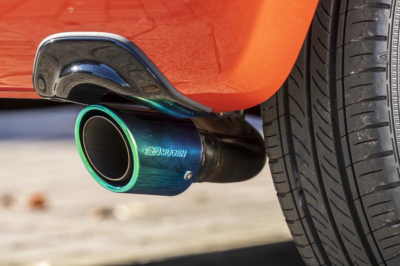 優れた排気効率と消音性能を両立した「スポーツエキゾーストシステム」。本体部はオールステンレス製で、標準装備バンパーに装着するリアアンダーガーニッシュを付属する。フィニッシャー部はカーボン製・チタン製・ステンレス製から選択でき、保安基準適合の交換用マフラー事前認証制度認定品となる