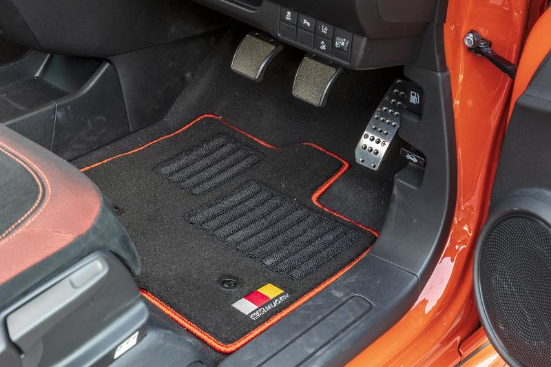 「スポーツマット」は耐久性に優れたナイロン素材。フロントマットには磨耗を抑止するヒールパッドを採用している。アルミ製ペダルをベースに、ニッケルクロームの発泡金属をストッパー部に採用して、滑りにくい構造とした「スポーツペダル」も装着している