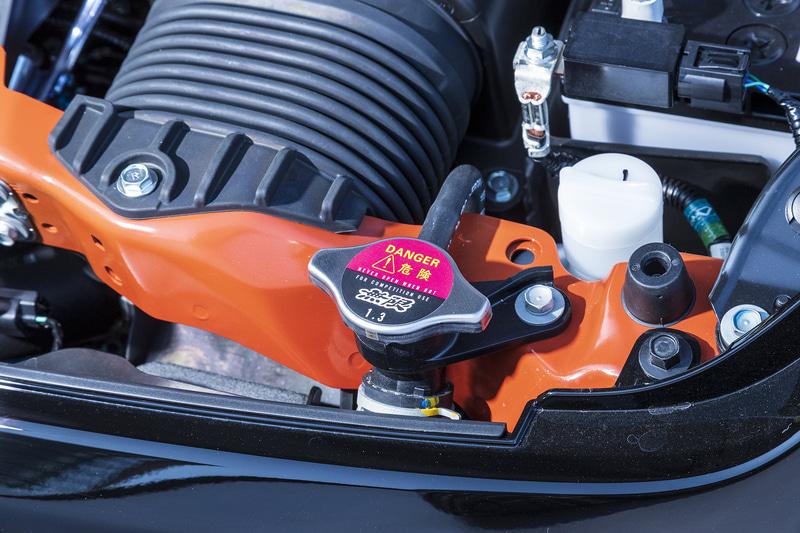 開弁圧を高めることでスポーツ走行時の高負荷時に効果を発揮する「ハイプレッシャーラジエターキャップ」。開弁圧は1.3kgfm/cm2(127kPa)
