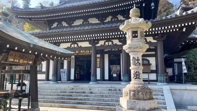 十一面観世音菩薩は、この本尊の中で拝むことができます。長谷寺の公式サイトには、現在の混雑状況がわかる機能もあるので、空いている時を見計らって訪れるといいですね