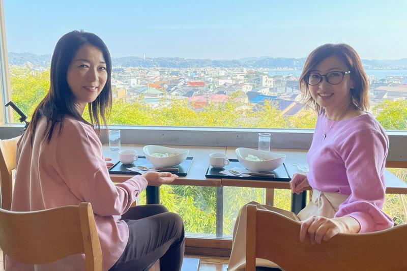 一緒に行った吉田由美さんと、相模湾一の絶景が楽しめる境内のお食事処「海光庵」でひと休み。ヘルシーな「お寺のカレー」1000円と、柔らかくて美味しいみたらし団子をペロリといただいちゃいました(笑)