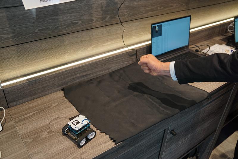 グー・チョキ・パーのジェスチャーでミニカーを動かすことができる知能技術の展示