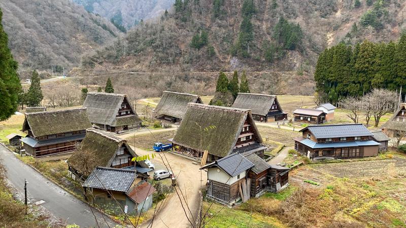 険しい山岳地帯の富山県五箇山地方に、昔ながらの風景が今も残る「五箇山合掌の里」。1995年にユネスコ世界遺産の「文化遺産」に登録されました。宿泊体験のほか、合掌造りの家でいただけるお食事も予約可能だそうです。マイカーだと、東海北陸自動車道の五箇山ICで降りるとすぐです。現在は大雪による規制や通行止めなどの可能性もありますので、必ず情報をチェックしてくださいね