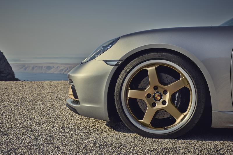 GTシルバー メタリックのボディカラーを採用するほか、銅のようなきらめく茶色「ネオジム」をサイドエアインテークやホイールなどにアクセントカラーとして用いる