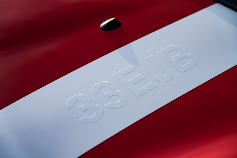 チリ・レッドのボディカラーに1964年に開催されたモンテカルロ・ラリーで優勝したクラシック・ミニと同じ「37」のゼッケンをあしらい、内外装にドライバーだったパディ・ホプカーク氏のサインが添えられている