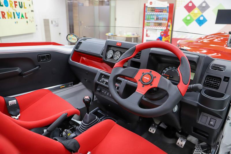 MT&FR仕様のハイゼット ジャンボをベースにするハイゼット ジャンボ スポルツァVer.。フロントはキャンバーもつけられ、かなりレーシーな軽トラだ