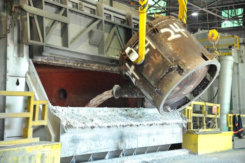 リサイクルされた溶融アルミニウムは、テネシー州Arconicの操業する溶解炉から吸い上げられた後、保持炉に追加され、部品として鋳造される
