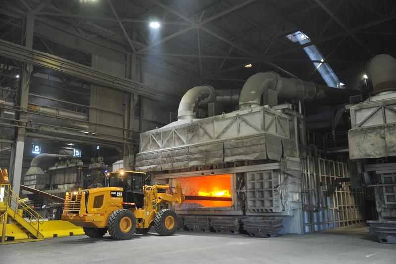 テネシー州Arconicの事業所では、スキムトラックを使用して溶融アルミニウムから不純物を除去し、リサイクルを効率化している