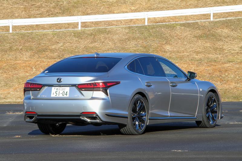 """今回試乗したのは2020年11月に発売されたレクサス(トヨタ自動車)のフラグシップセダン「LS」。ガソリンモデルのLS500とハイブリッドモデルのLS500hに、それぞれ""""EXECUTIVE""""""""version L""""""""F SPORT""""""""I package""""を設定し、この中から試乗車としてチョイスしたのはガソリン仕様の「LS500""""F SPORT""""」(2WD/1234万円)。ボディサイズは5235×1900×1450mm(全長×全幅×全高)、ホイールベースは3125mm"""