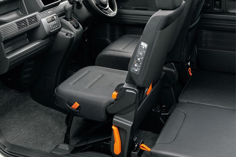 助手席側センターピラーレス化による「ダブルビッグ大開口」を備えるほか、助手席ダイブダウン機能により、フルフラットで広い車内を実現