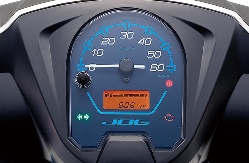 メーターパネルは時計機能、またエンジンオイルの交換時期を表示する機能も装備する