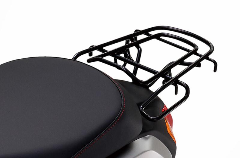 荷物をしっかりと積めるリアキャリアには、別売の「盗難抑止ロック」を格納できるホルダー付き。また、スタンド掛けを容易にする取っ手としても利用できる