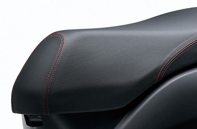 シートは上質感のある表皮にダブルステッチが施される