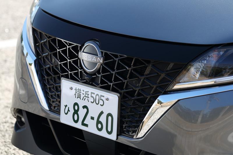 外観では新しい日産ブランドのロゴや新型のVモーショングリルなどを採用。足下は16インチアルミホイールにブリヂストン「ECOPIA EP150」の組み合わせ