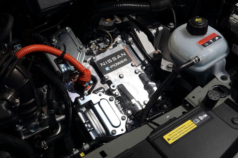 新型ノートのe-POWERユニットは直列3気筒DOHC 1.2リッター「HR12DE」型エンジンと「EM47」型モーターの組み合わせ。エンジンの最高出力は60kW(82PS)/6000rpm、最大トルクは103Nm(10.5kgfm)/4800rpm。モーターは最高出力85kW(116PS)/2900-10341rpm、最大トルク280Nm(28.6kgfm)/0-2900rpmを発生。XグレードのWLTCモード燃費は27.8km/L(16インチ装着車の場合)で、燃料タンク容量は36L(無鉛レギュラーガソリン)