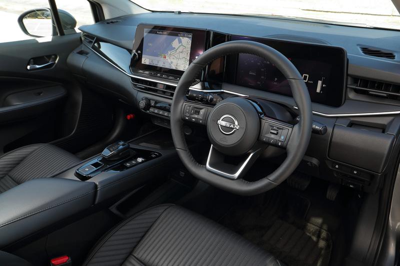 インテリアではワイドなインパネ、水平で快適なロングコンソールを採用するとともに、ドライバー用のアドバンスドドライブアシストディスプレイは7インチを装備。シフトデバイスもコンパクトなものに新調