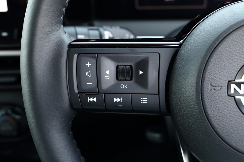 ステアリングにも新しいブランドロゴが与えられる。ステアリング右側のスイッチでプロパイロット(ナビリンク機能付)の設定が行なえる。ナビゲーション用ディスプレイはクラス最大級の9インチを採用