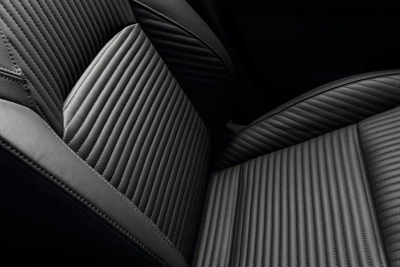 本革シートもXだけが選べるオプション。後席スペース(ニールーム/ヘッドルーム)は先代よりも減少するが、クラストップを維持。また、新たに後席用のリクライニング機能が追加された