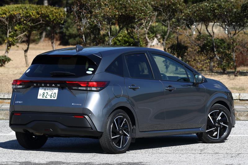 今回は2020年12月に販売をスタートした新型「ノート」に試乗。撮影車のグレードは2WDの「X」(ダークメタルグレー/ブラック)で、ボディサイズは4045×1695×1520mm(全長×全幅×全高)、ホイールベースは2580mm。価格は218万6800円