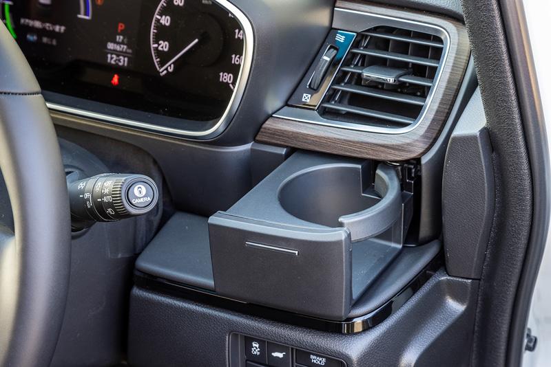 室内ではインストルメントパネルのデザインを変更したほか、コンビメーターパネルでは高精細フルカラー液晶パネルを従来の3.5インチから7インチへと大型化し、アナログスピードメーターと組み合わせた。また、運転席側に収納式のドリンクホルダーを追加するとともに、リッド付きのインパネアッパーボックスを新設定するなどして利便性を高めている