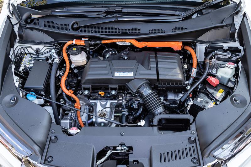 直列4気筒DOHC 2.0リッター「LFA」型エンジンは最高出力107kW(145PS)/6200rpm、最大トルク175Nm(17.8kgfm)/4000rpmを発生。組み合わせるH4型電動モーターは最高出力135kW(184PS)/5000-6000rpm、最大トルク315Nm(32.1kgfm)/0-2000rpmを発生。WLTCモード燃費は19.8km/Lを示す