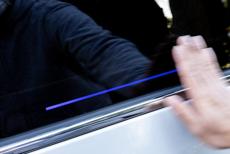 新型オデッセイでは、新機能としてパワースライドドアにあるセンサー部分の流れる光に手をかざしてジェスチャー操作を行なうことで、車両に触れずにパワースライドドアの開閉ができる「ジェスチャーコントロール・パワースライドドア」を日本初採用。あらかじめ施錠操作をすることで、パワースライドドアが閉まるのを待たずにドアクローズ後に自動で施錠できる予約ロック機能をホンダとして初装備している