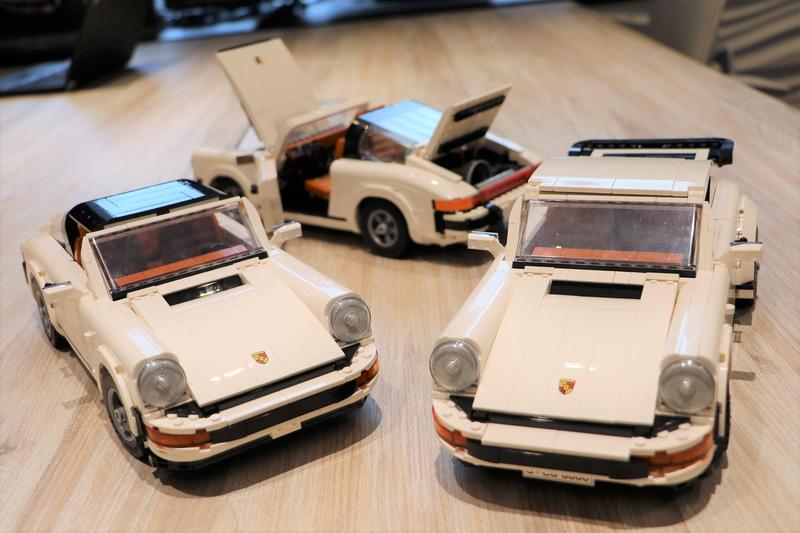 新製品「レゴ ポルシェ 911」のタルガ仕様(左と奥)とターボ仕様(右)
