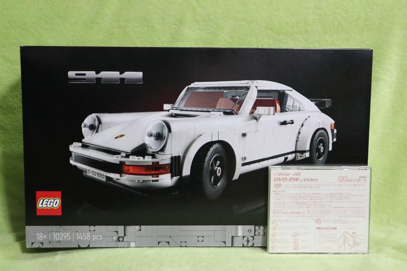大人向けのレゴはパッケージが黒で高級感を演出。CDケースと比べると「レゴ ポルシェ 911」の箱がいかに大きいか分かる