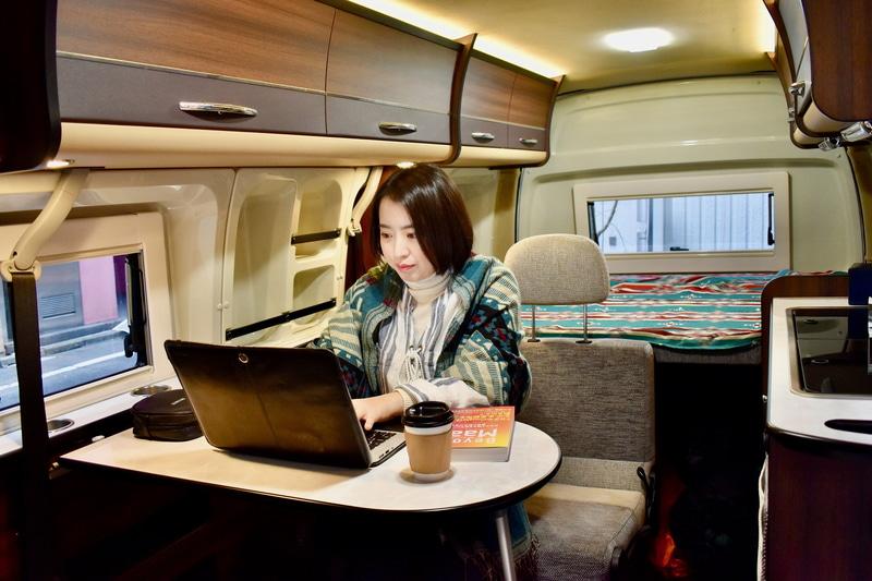 キャンピングカーや車中泊仕様のクルマを移動オフィスや移動会議室として利活用する取り組み、