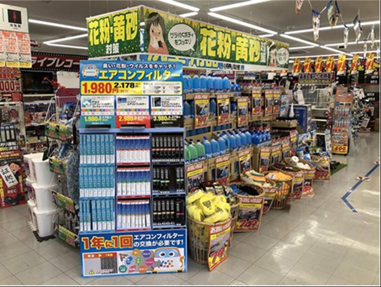 店頭売場にエアコンフィルターの特設売場を設置しているオートバックスの店舗