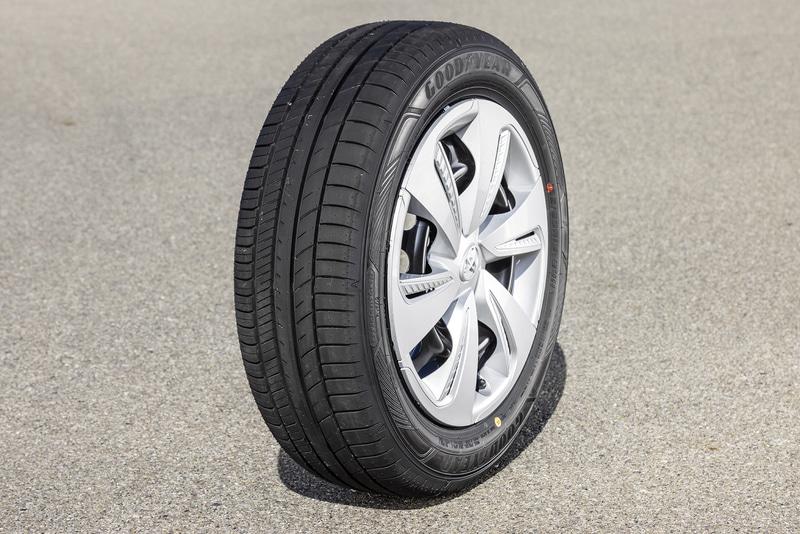 今回試したのは3月1日に発売されたミニバン専用タイヤ「EfficientGrip RVF02」。車高の高さに由来する横揺れの軽減と車内の静粛性を高め、快適性の向上を図っているのが特徴。155/65R13~245/35R20の全40サイズをラインアップし、ラベリング制度での転がり抵抗性能は全サイズでAA、ウェットグリップ性能はサイズによってbまたはc