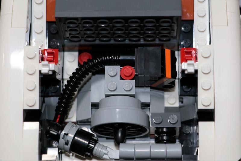 せっかくエンジン細部まで作り込んであるのに、上にインタークーラーが乗って見えなくなります(泣)