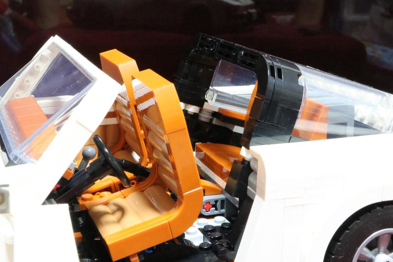 ロールバーはもちろん、運転席と助手席は前傾できるところまでリアルに再現