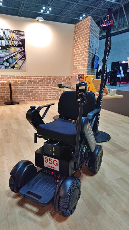 NTTドコモと久留米工業大学が開発した「対話型AI自動運転車いす」
