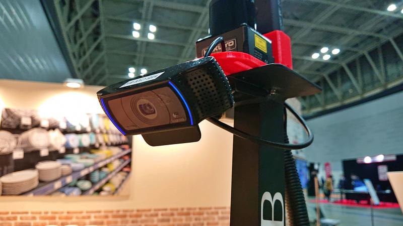デモ機に装着されていたのは、低遅延性に優れるウェブカムと、背後を含む周囲の状確認用の360度カメラ。障害物検知用の赤外線センサーの3つ。すべて頭の上の高い位置に配置される