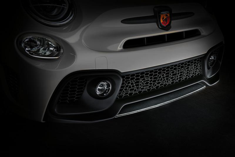 ドアミラーカバーやリップスポイラーにカーボンアクセサリーパーツを採用