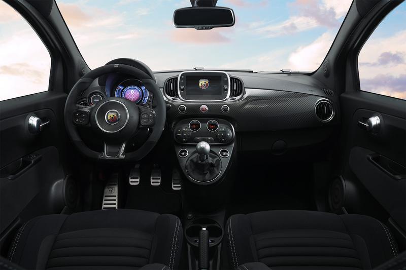 内装は専用ファブリック地のSabelt製スポーツシートやイエローシートベルトを採用