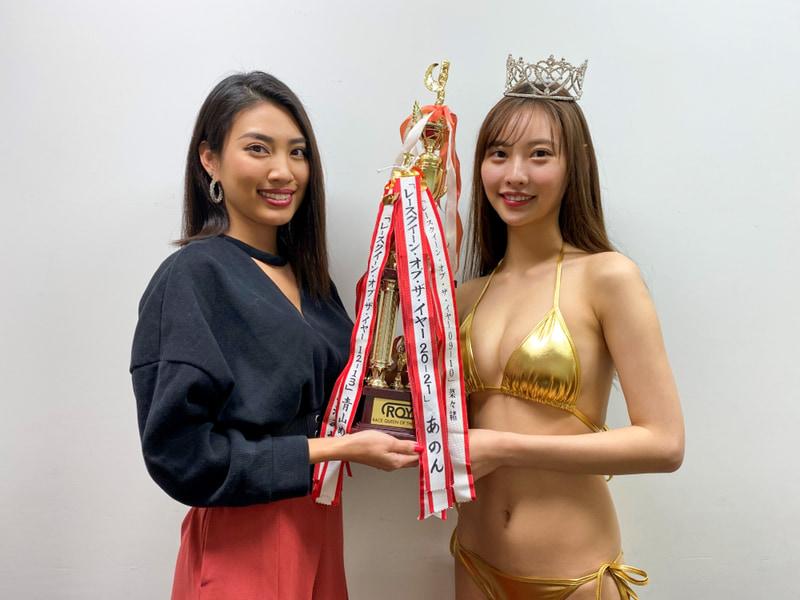 歴代受賞者で事務所の先輩でもある青山めぐさんよりトロフィーが贈呈された