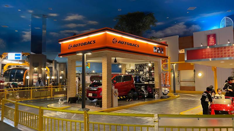 見慣れたオレンジ色の看板は、「カーライフサポートセンター」として自動車整備士の仕事が体験できるアクティビティ。タイヤやバッテリー交換などをして、エンジンの調子を整えるんだそうです。オートバックスのツナギを着た子供たちがなんとも愛らしく、これも娘にやってほしかったなぁ