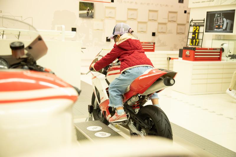 メインシアターを出ると「ディスカバーモータースポーツ」が。動体視力のテストができるなど、大人も子供も楽しめる体験が用意される
