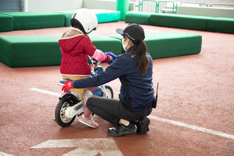 お姉さんにしっかりアドバイスをもらいながらトライ。練習コースは転んでも大丈夫なクッション素材でできているので転倒しても安心