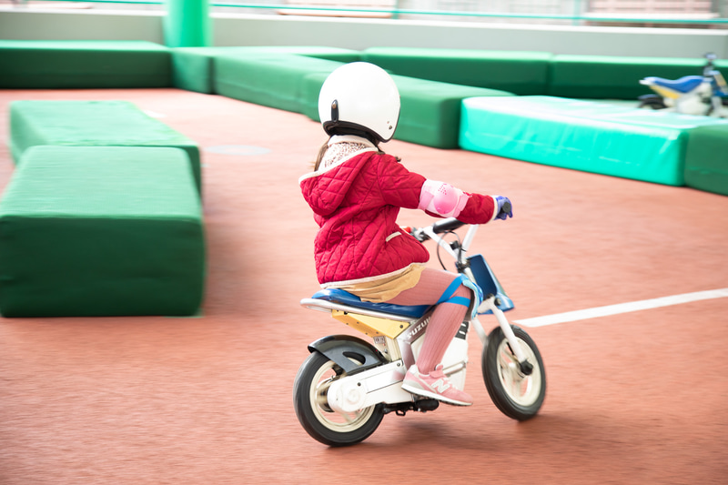 「キッズバイクトレーニング」では最高速度約5km/hの小さなバイクが使われる