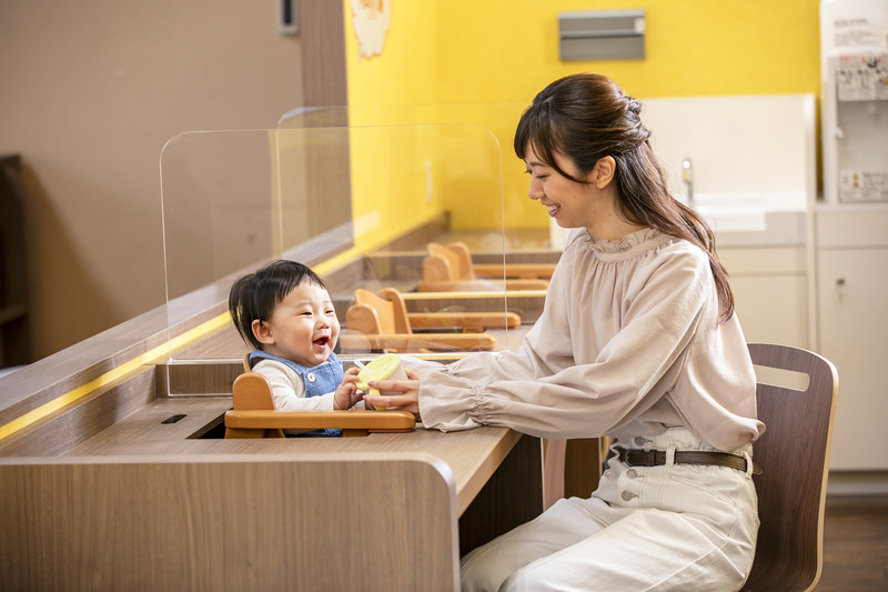鈴鹿サーキットには乳児用の食事スペース(左)やハイハイコーナー(中)、兄弟スペース(右)などさまざまなスペースが用意されるので、乳幼児や子供連れでも安心