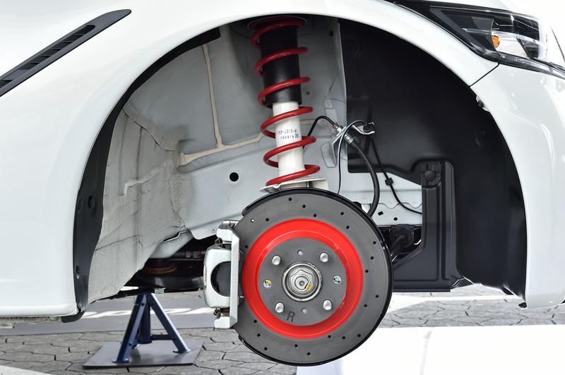 Modulo Xに装着されているサスペンションは5段階の減衰力調整が可能。また、放熱性とブレーキダストの除去に優れるドリルドタイプのディスクローターとコントロールしやすいブレーキフィールと耐フェード性を実現したブレーキパッドを装着する