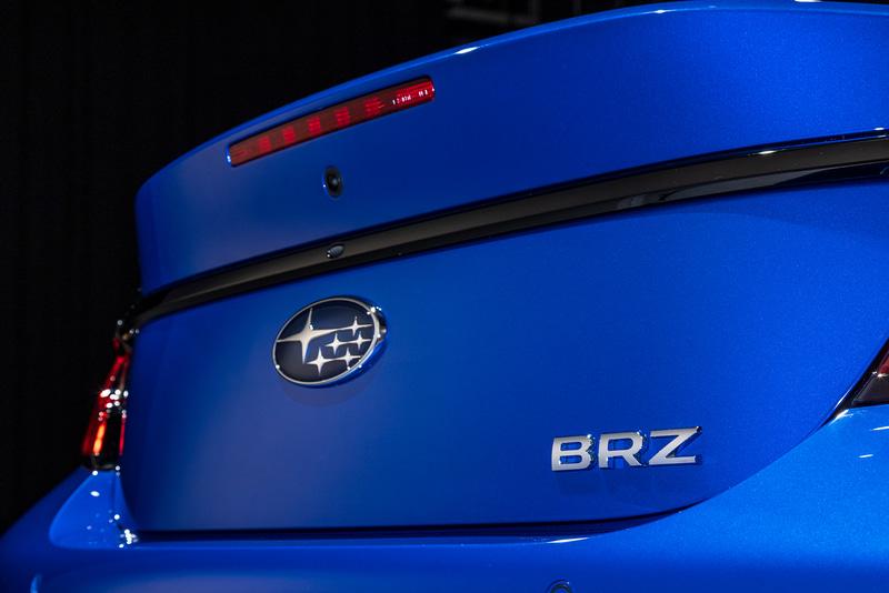 トランクリッドにBRZのバッヂが付く