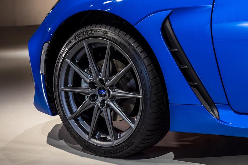 タイヤはミシュラン「パイロットスポーツ4」(215/40R18)。アルミホイールにはマットグレーダークメタリック塗装が施される