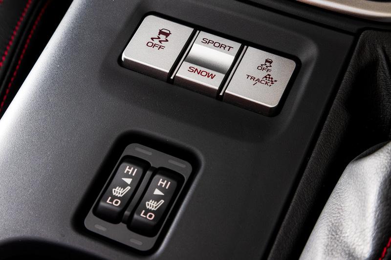 スポーツ/スノーのモード切り替えボタンが備わる